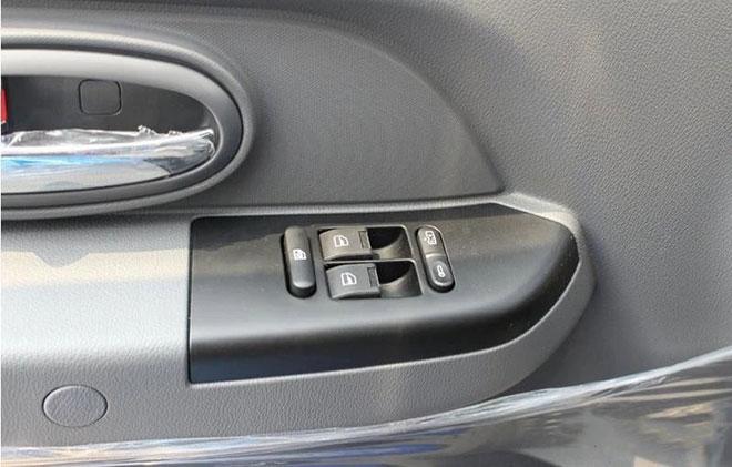电动可调大灯,电加热后视镜,电动车窗,中控锁,自动落锁;运动式轿车