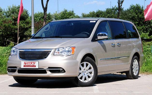 日前,克莱斯勒(中国)汽车销售有限公司向国家质检总局备案了召回计划,该召回计划涉及国内Jeep大切诺基和自由客,以及克莱斯勒大捷龙。三款车型具体召回信息如下: Jeep大切诺基  召回车型:  将自2014年9月25日起,召回部分2011年至2013年款进口大切诺基汽车,生产日期为2010年1月5日至2013年9月8日。据该公司统计,在中国大陆地区涉及21547辆。 召回原因:  本次召回范围内车