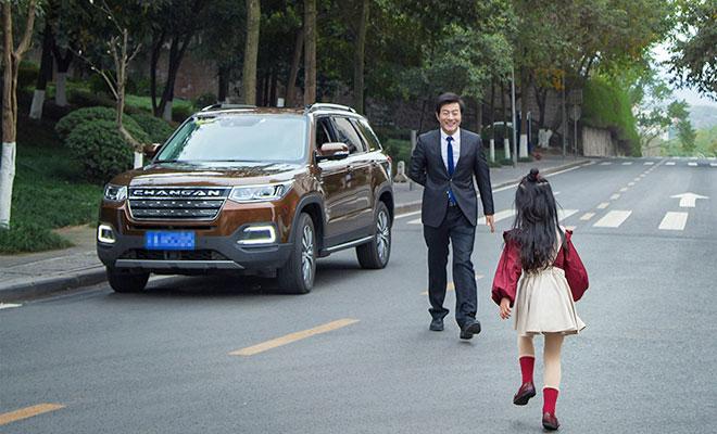 平时小姑娘跟爸爸出门,一个人系好安全带坐在第二排,跟玩偶熊们玩得可