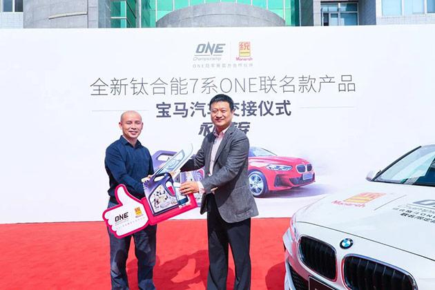 统一石化B2C总经理严伟先生向经销商交付宝马汽车