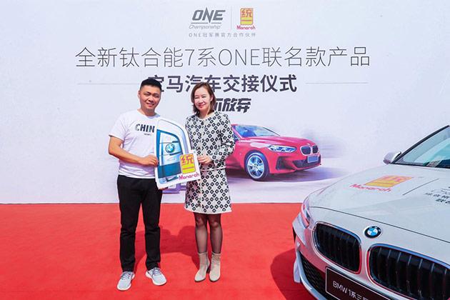统一石化市场部总经理吴琦女士向经销商交付宝马汽车